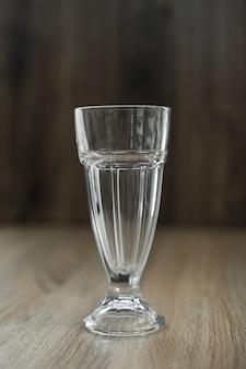 Verre en verre vide sur une table en bois