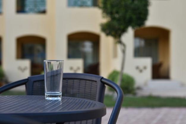 Verre vide est sur la table dans la rue à l'hôtel
