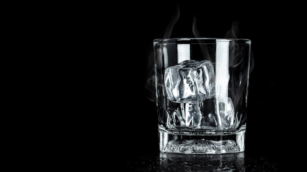 Verre vide avec glaçon et surface. blocs de glace pour les boissons.
