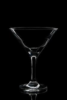 Verre vide pour cocktail sur fond noir