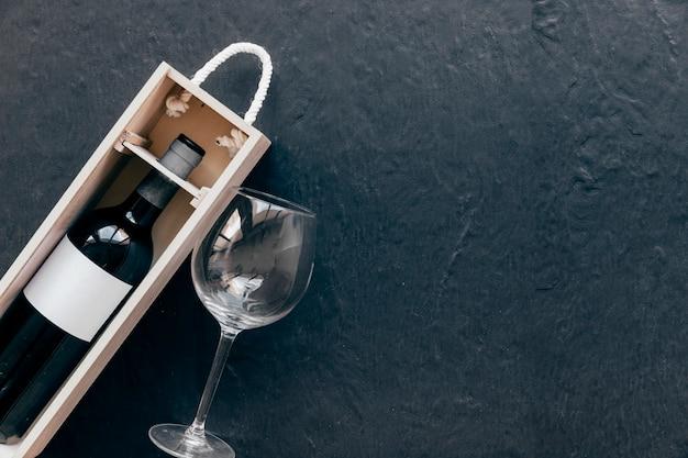 Verre vide près de la boîte avec du vin