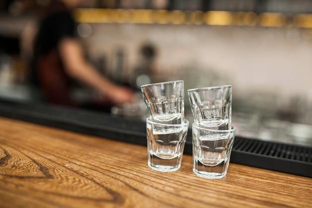 Un verre vide de tequila sur un comptoir de bar