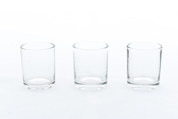 Verre vide et transparent sur blanc