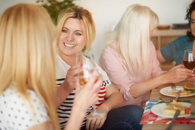 Verre de vin après un bon repas