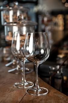 Verre à vin au bar boîte de nuit ou fête