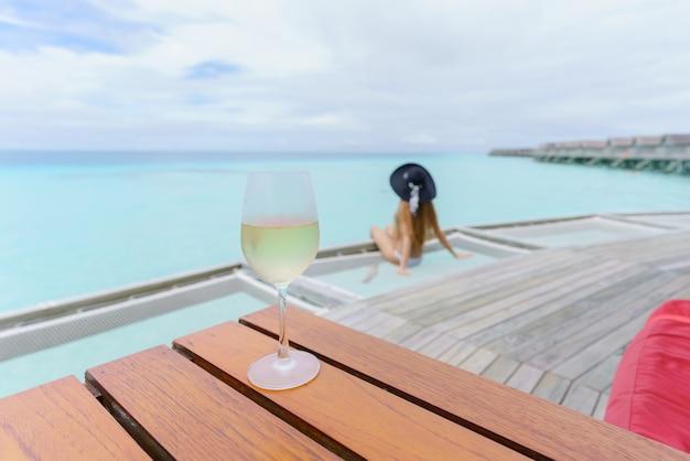 Verre de vin blanc froid dans une atmosphère fantastique sur l'île des maldives