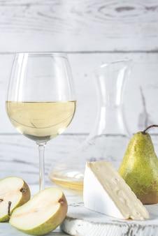 Verre de vin blanc avec fromage et poires