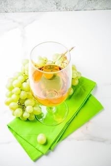 Verre à vin blanc avec des raisins