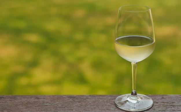 Verre de vin blanc sur table en bois