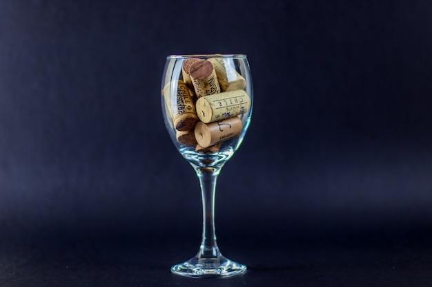 Un verre de vin avec des bouchons