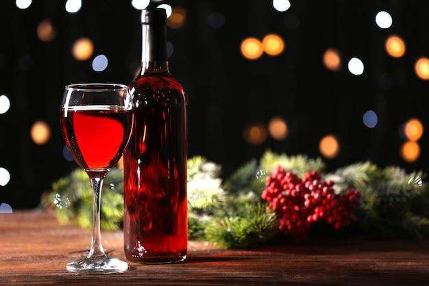 Verre à vin avec bouteille sur table en bois