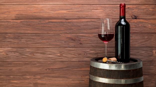 Verre à vin et bouteille sur un tonneau