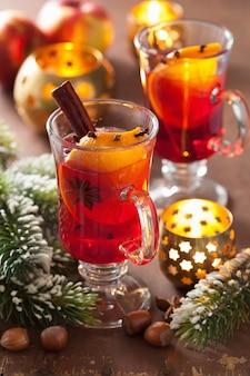 Verre de vin chaud à l'orange et aux épices, décoration de noël