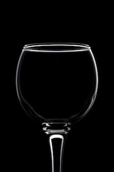 Verre à vin consacré par la lumière de silhouette blanche avec réflexion