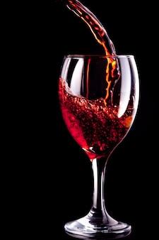Verre à vin en cours de remplissage