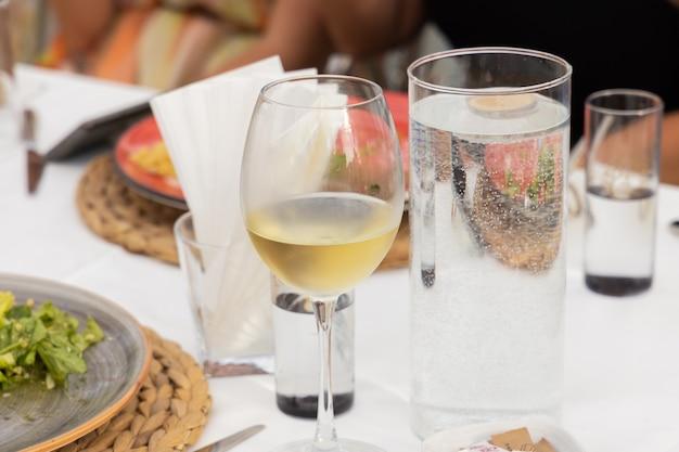 Verre à vin debout sur la table lors d'une célébration