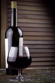Verre à vin avec du vin rouge cher
