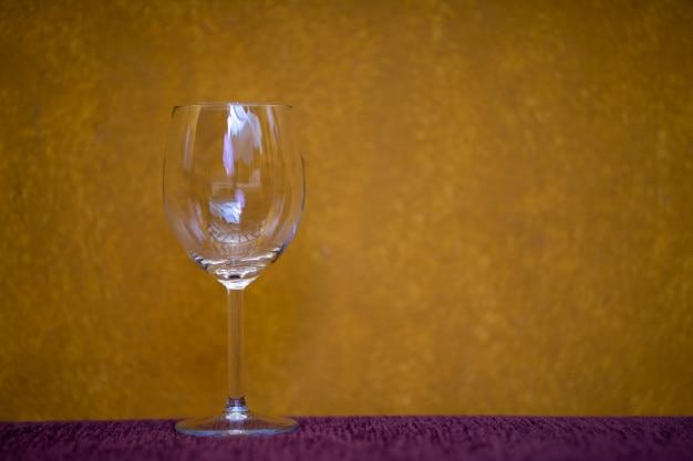Verre à vin sur fond jaune