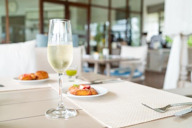 Verre à vin mousseux sur table dans un restaurant café