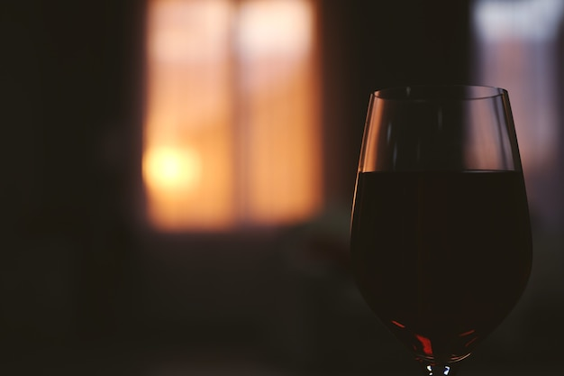 Verre de vin rouge au coucher du soleil