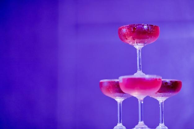 Verre à vin rouge avec fond bokeh