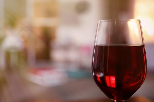 Un verre de vin rouge sur fond flou