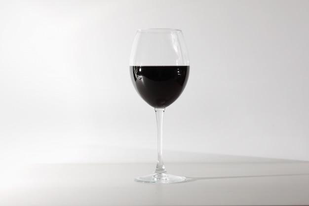 Verre de vin rouge isolé sur fond blanc.