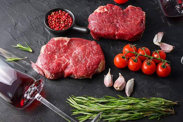 Verre à vin rouge près du steak de boeuf cru