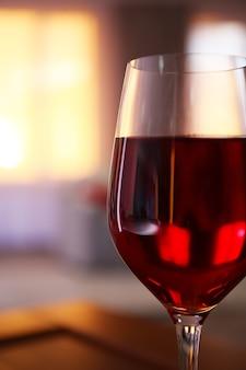 Verre de vin rouge sur une surface floue