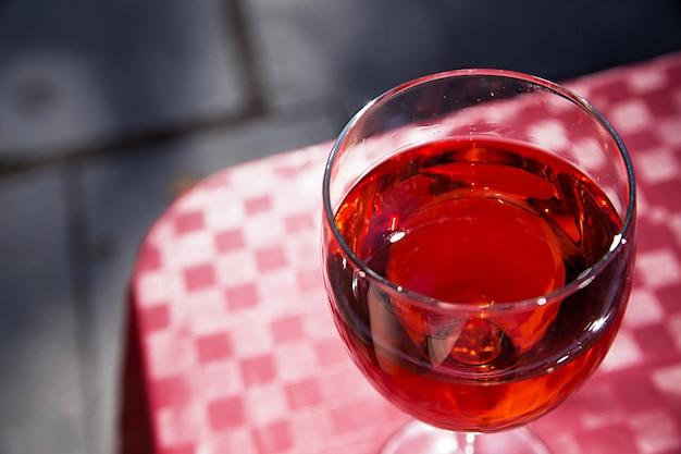 Verre de vin rouge sur la table d'un café de rue par une belle journée ensoleillée