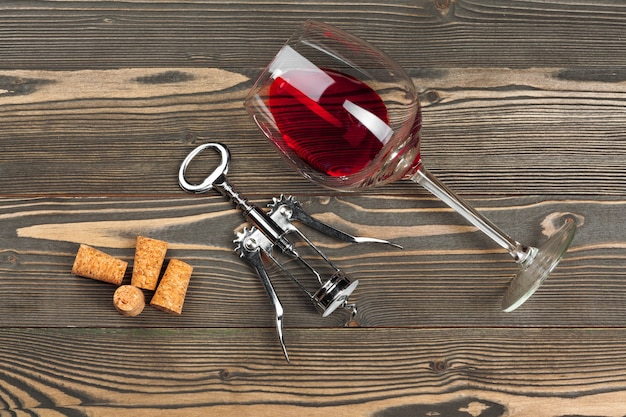 Verre à vin sur table en bois