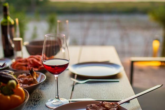 Verre de vin sur la table un verre de vin rouge en italie à l'extérieur du vin rouge avec une cuisine délicieuse