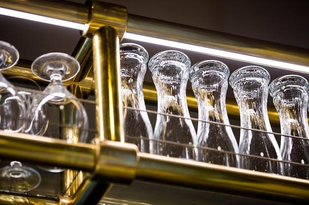 Verre à vin et verre à bière disposés sur un support de bar