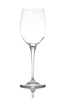 Verre à vin vide. isolé sur un mur blanc