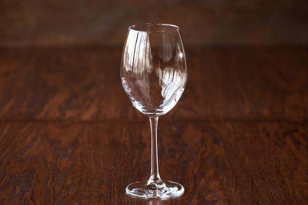 Verre à vin vide sur la table en bois sombre