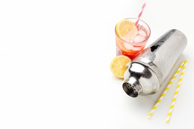 Verre à vodka aux canneberges à angle élevé avec du citron et de la glace avec copie-espace