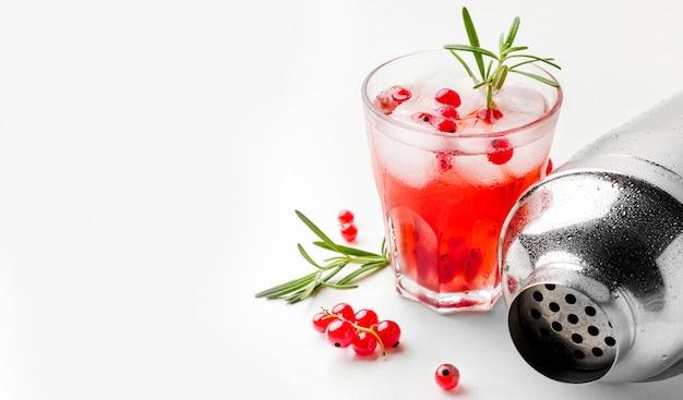 Verre à vodka aux canneberges à angle élevé avec de la glace et de l'espace de copie