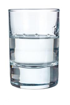 Verre de vodka sur fond blanc