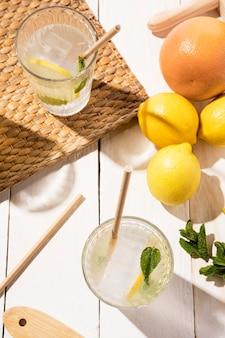 Verre vue de dessus avec de la limonade fraîche