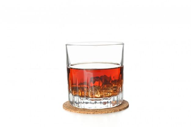 Verre de whisky sur coaster isolé sur fond blanc