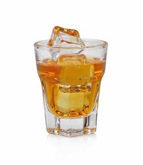 Verre de whisky écossais et de glace sur fond blanc