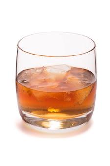 Verre de whisky avec glace isolé