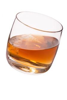 Verre à whisky et glace isolé