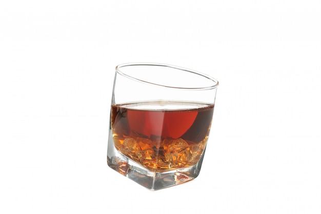 Verre de whisky avec des glaçons isolé sur fond blanc