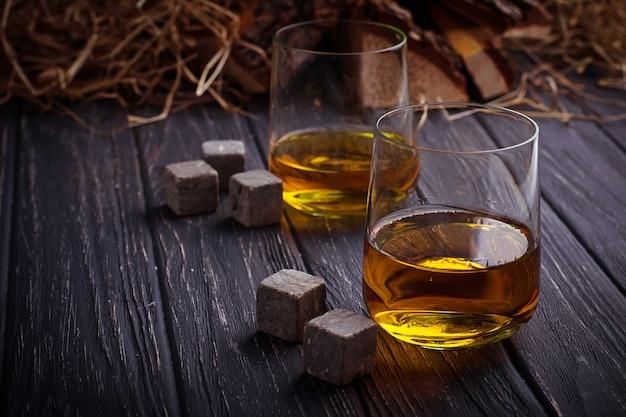 Verre de whisky avec des pierres