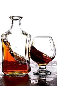Verre de whisky splash avec bouteille.