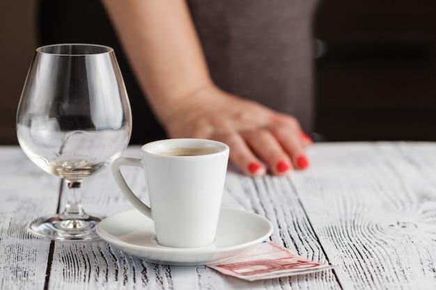 Verre de whisky vide avec des conseils sur la table