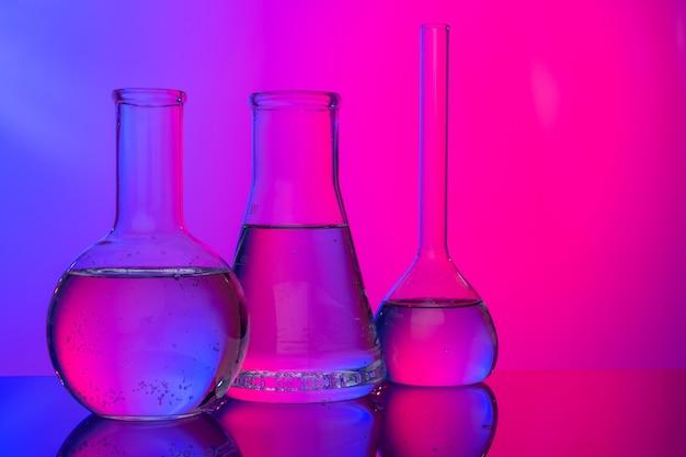 Verrerie chimique close up sur fond rose-violet néon