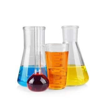 Verrerie chimique différente avec de l'eau de couleur sur une surface blanche