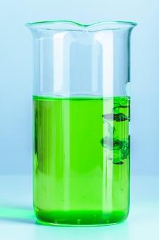 Verrerie de flacon de laboratoire avec des reflets sur la table se bouchent